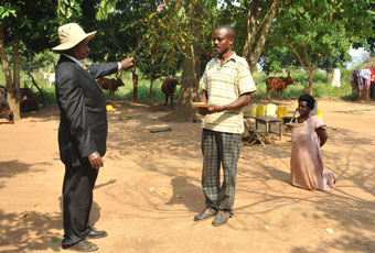 BROWN-ENVELOP POLITICS. In this 2010 picture, President Museveni personally gives an unknown sum of cash to a NAADS farmer in Buyende District during one of his Poverty Eradication tours. PHOTO: Independent.ug